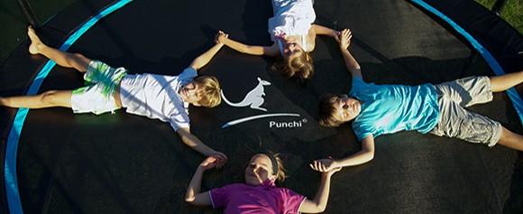 Des enfants sur un trampoline Punchi