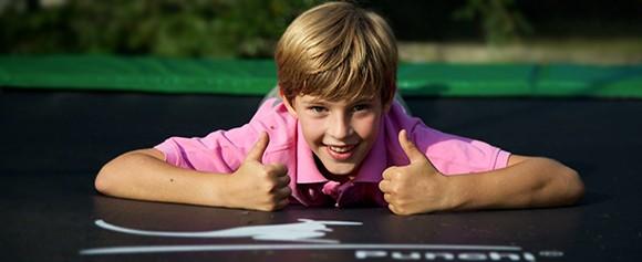Un petit garçon sur un trampoline Punchi