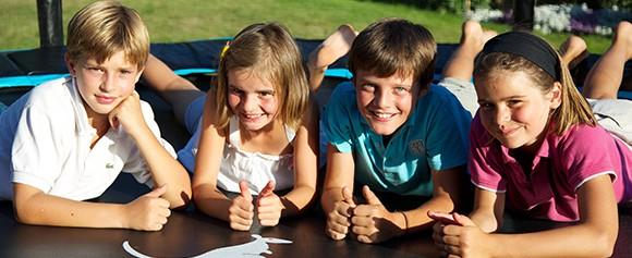 Les enfants aiment le trampoline