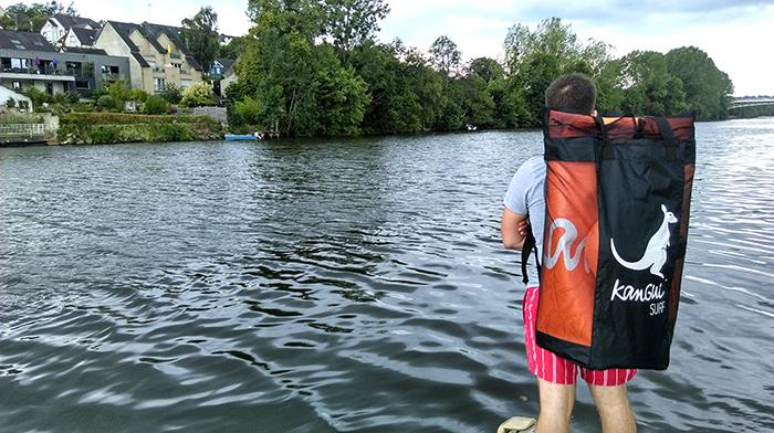 stand up paddle gonflable rangé dans le sac à dos pour un transport facile et rapide