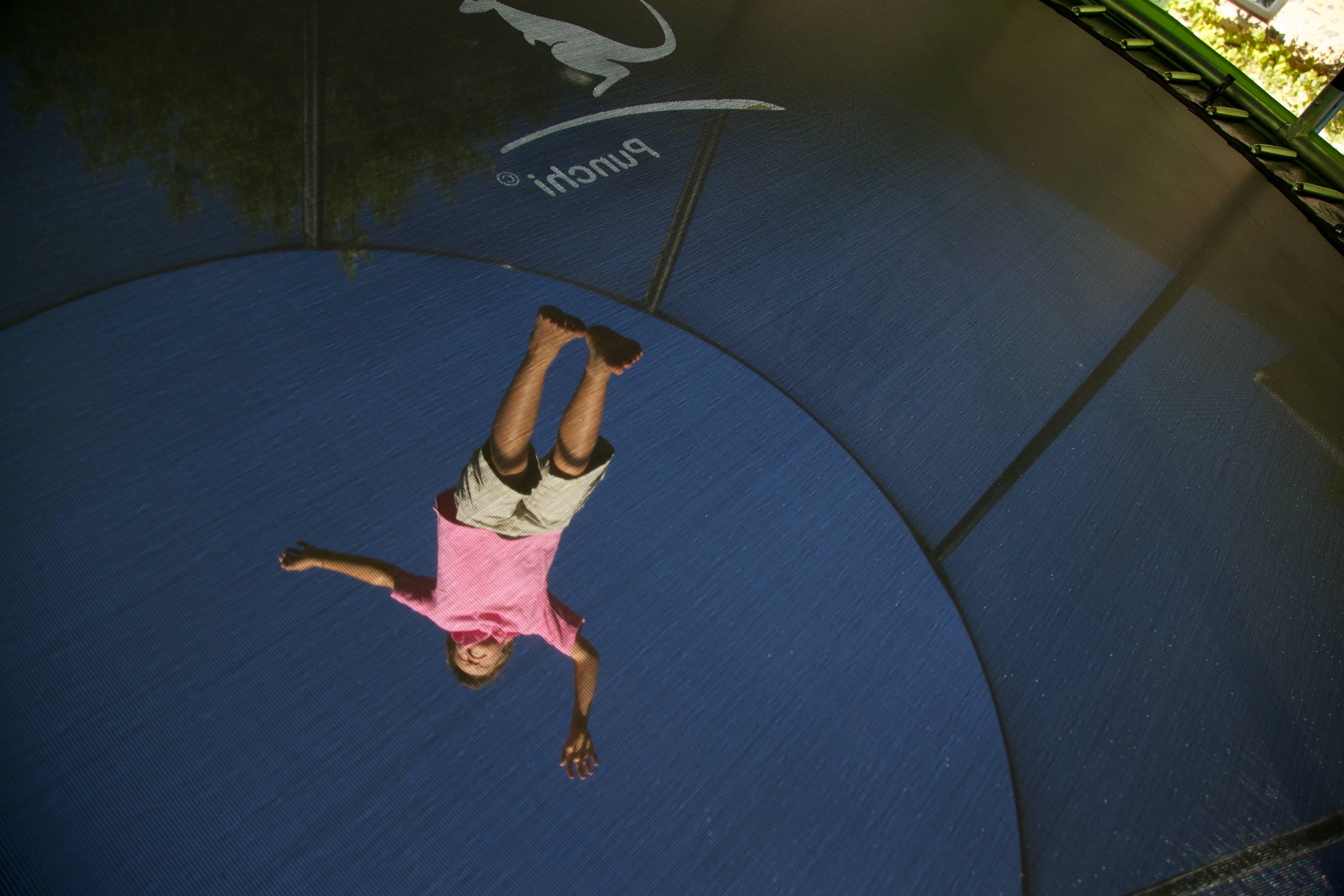 Enfant sautant sur un trampoline