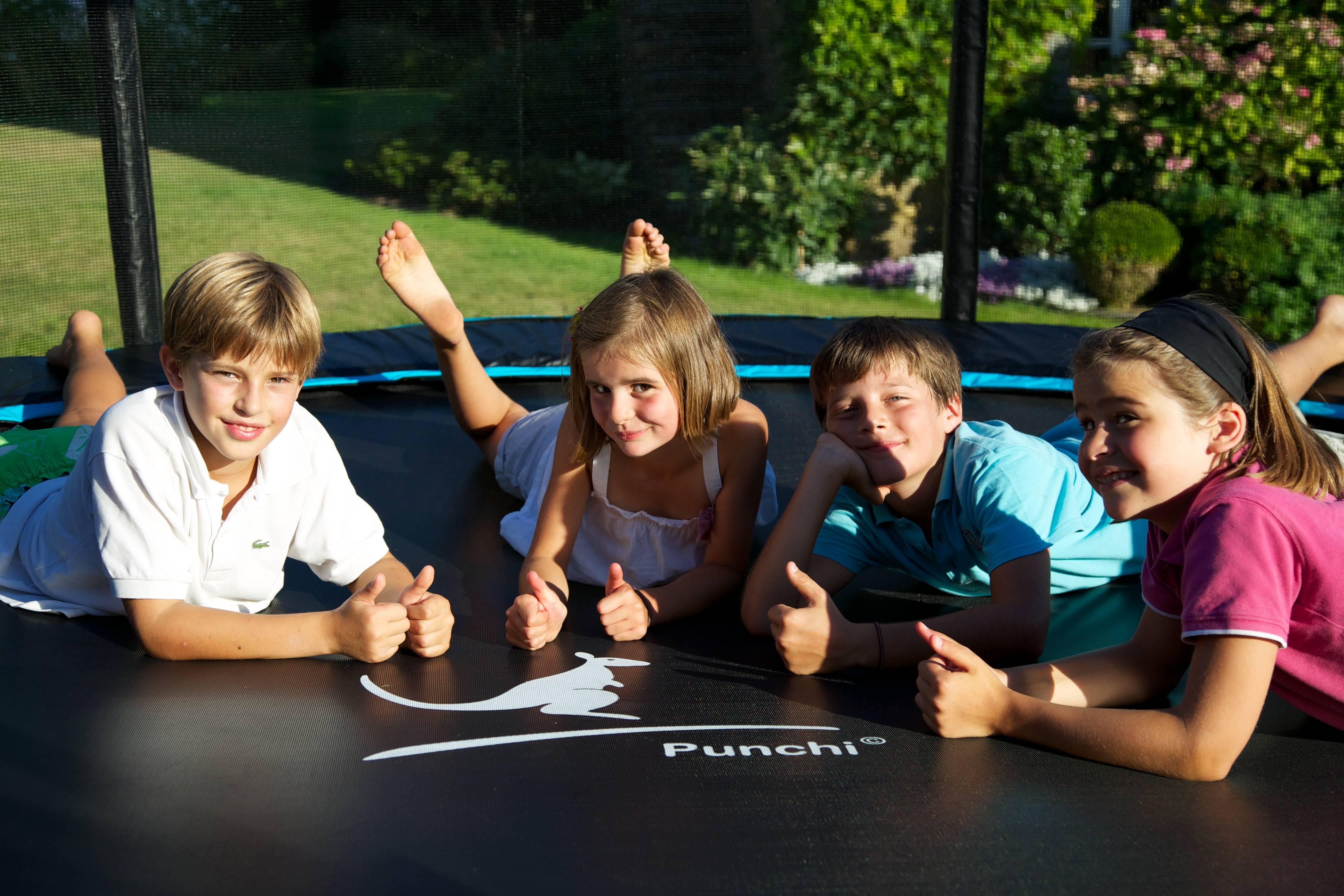 Enfants allongés sur un trampoline