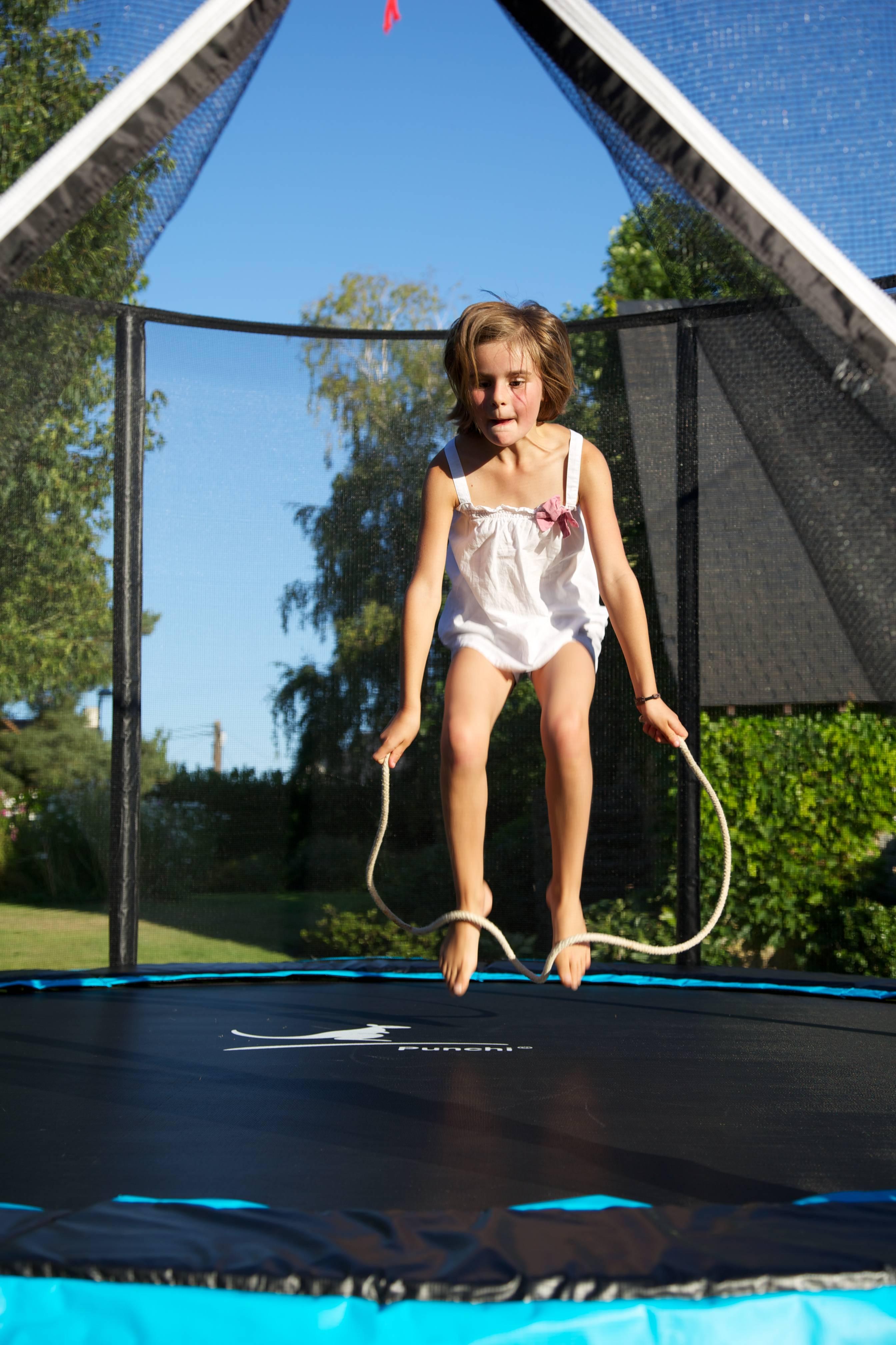 enfant faisant du sport avec un trampoline