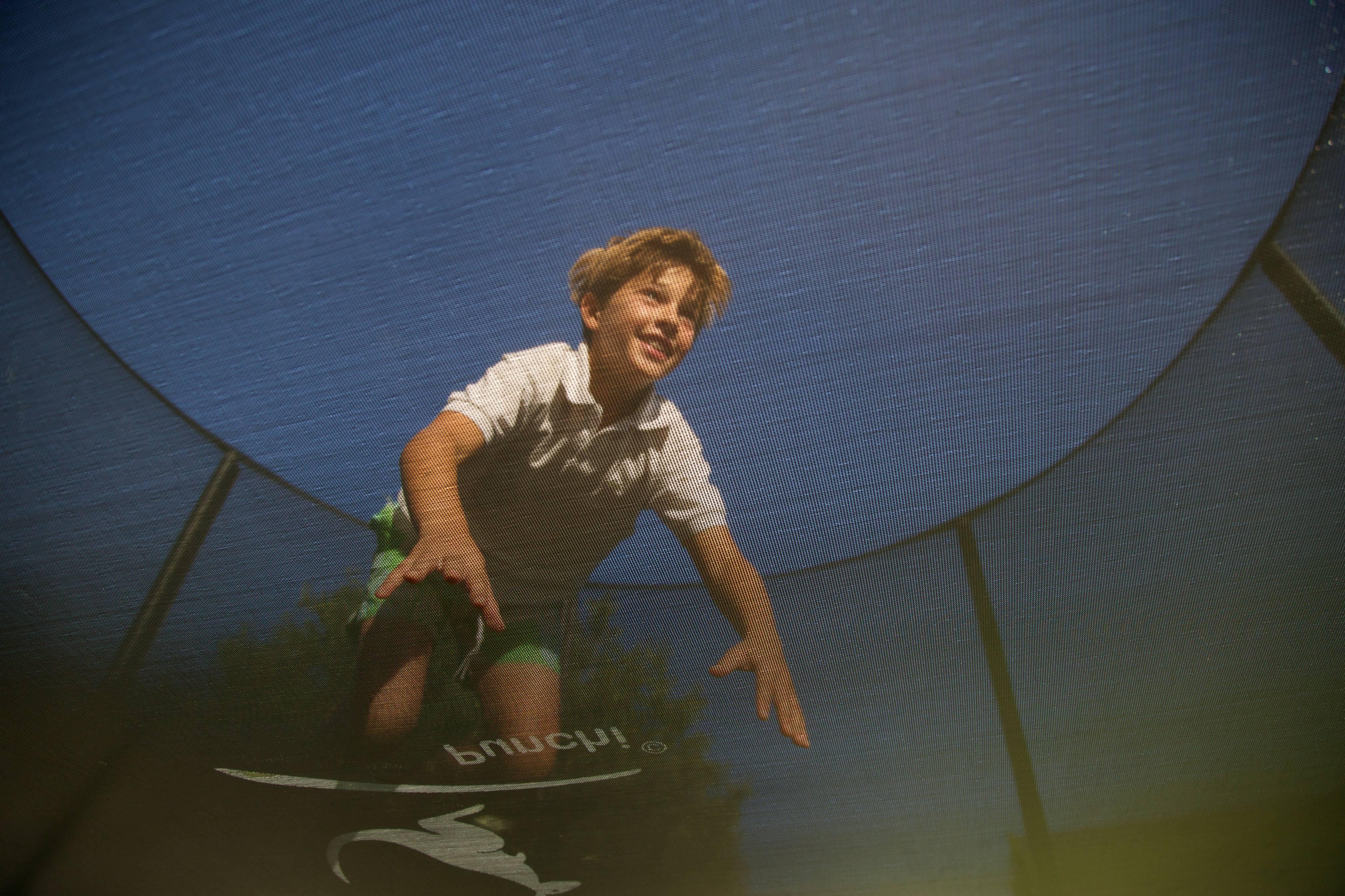 Enfant faisant du trampoline