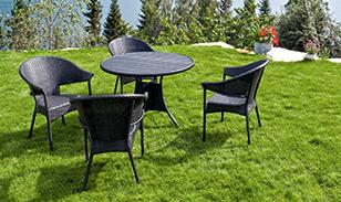 jardin avec table et chaise