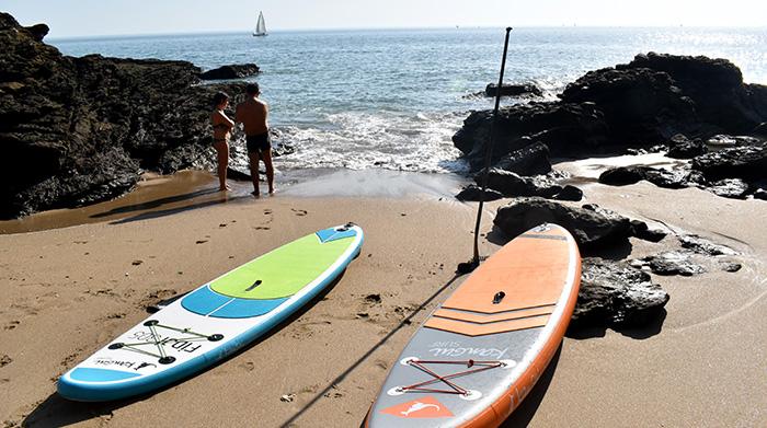 planche stand up paddle bali et fidji posées sur une plage